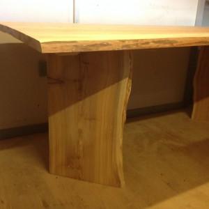 Her har jeg prøvesamlet bordet, hvor efter jeg afrundede borpladens endekanter med en overfræser. Endelig fik bordet en ordentlig omgang slibning med dvs. grej