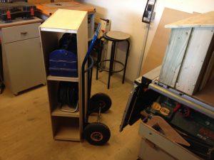 Konstruktion gav således mulighed for transport af værktøjskasse, kabel tromle og meget andet. I julegave havde jeg fået et bosch arbejdsbord, som jeg også ønskede skulle være en del af mit mobile værksted.